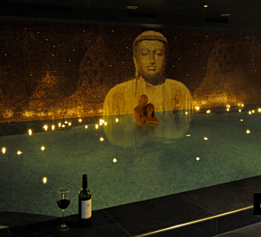 Boeddha zwembad in wellness kelder