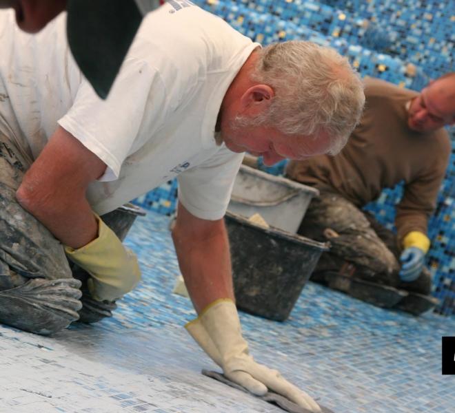 zwembadrenovatie met mozaïek in de kleuren blauw parelmoer goud by Milovito