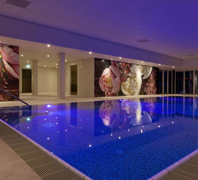mozaïek tegels glasmozaïek zwembad wand van der Valk hotel
