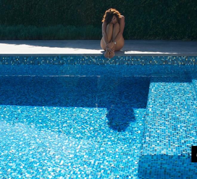 glasmozaiek zwembad in tuin blauw parelmoer goud by Milovito
