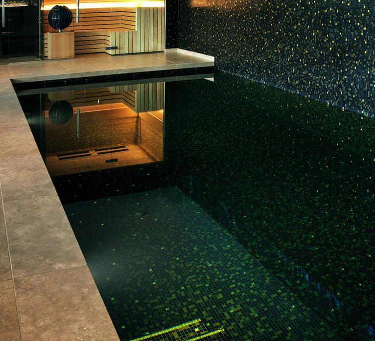glasmozaiek zwembad kelder zwart goud by Milovito