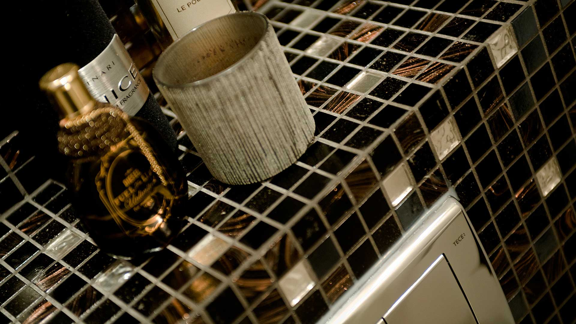 glasmozaiek tegels toilet bruin zwart goud
