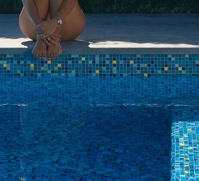 zwembad glasmozaiek mozaiek tegels blauw parelmoer goud pool glass mosaic tiles bleu aqua mother of pearl gold