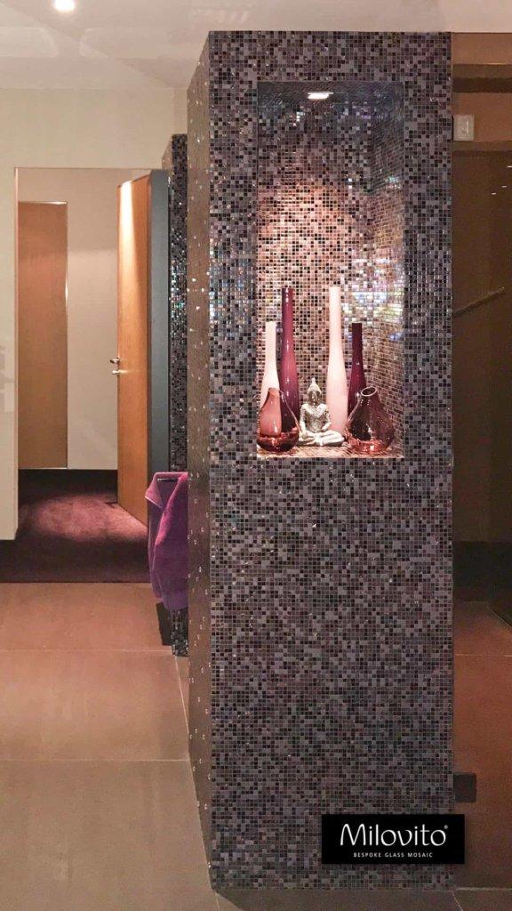 Diverse kleuren paars mozaïek tegeltjes. Deze badkamer is uitgevoerd met 10mm tegel en Swarovski tegeltjes erdoor heen. Rust gevend, exclusief. Een pareltje!