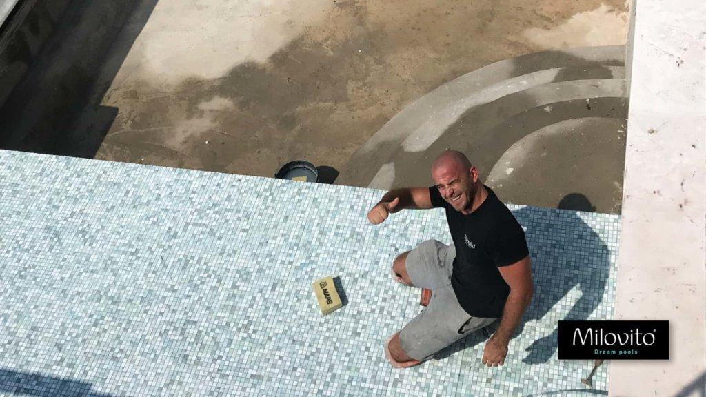 zwembad Curacao glasmozaiek tegels trap