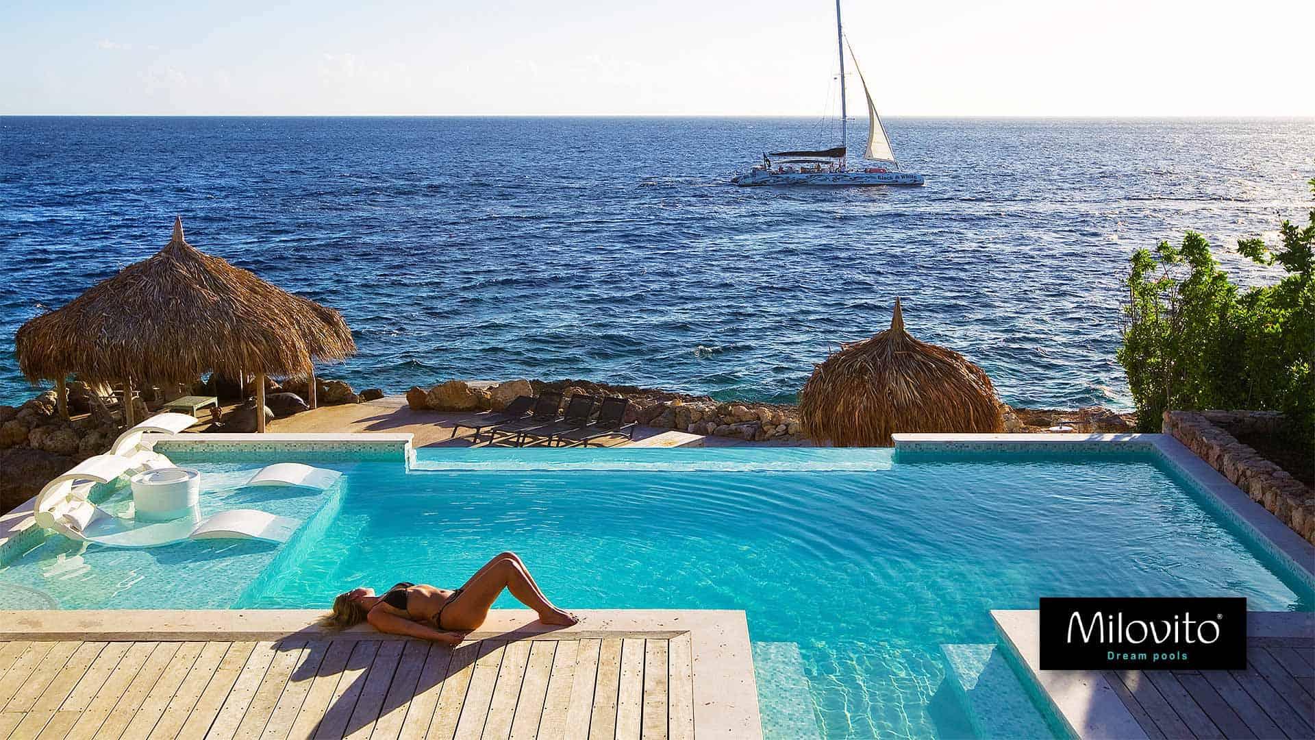 Zwembad Curacao groen aqua parelmoer glasmozaiek wit goud onderwater raam zee