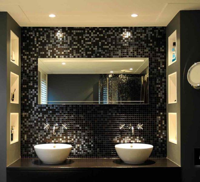 Tijdloos. Een mix van glasmozaïek met een metallic achtige finish en zwart. Chique door het minimalistische gebruik van kleur en accessoires.