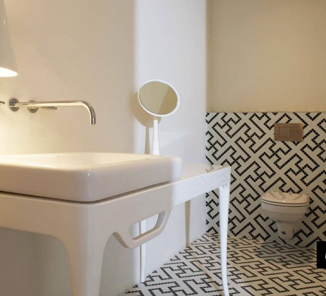 Uw kleinste kamertje het mooiste? Dat kan! Dit toilet is bijzonder geworden door zijn swastika patroon in zwart en wit glasmozaïek. Design. Kunst.