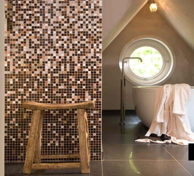 Niemand is toch standaard? Daarom kunt u bij ons zelf kiezen. Uw eigen kleuren. Deze badkamer heeft een glasmozaïek verloop (sfumature) naar keuze van de klant.