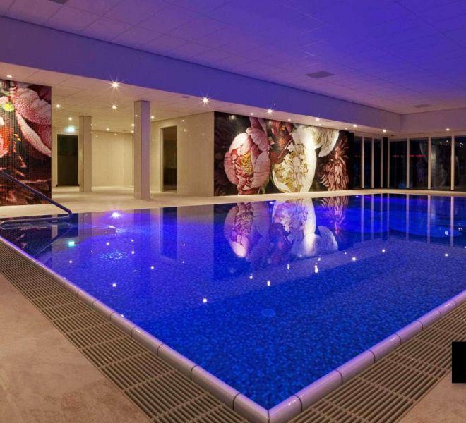 Bij hotel van der Valk in Spier hebben wij de wanden en het zwembad mogen ontwerpen en installeren met glasmozaïek. Pioenrozen in rustgevende kleuren. Oase!