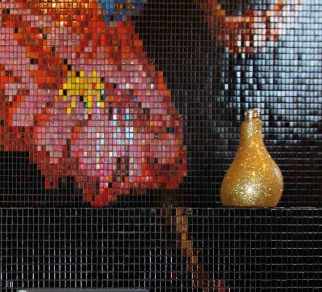 Bloemen op het toilet? Dat kan? Zwart glasmozaïek met prachtige kleuren naar wens van de klant. Patroon loopt door over de ombouw van het toilet. Bespoke!