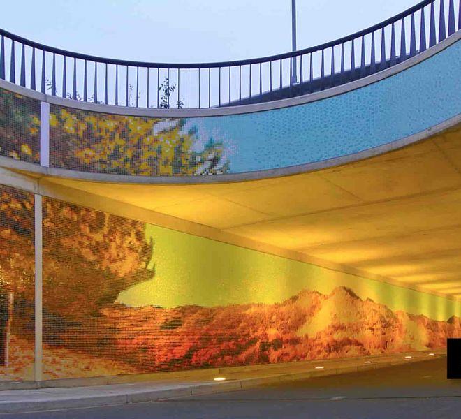 Glasmozaïek is uitstekend toepasbaar voor openbare projecten. Fietstunnel Den Deijl in Wassenaar. Mozaïekpatroon van strand- en duinlandschap. Uitzonderlijk.