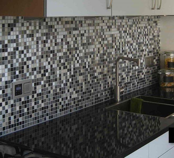 Glasmozaïek in uw keuken. Verloop (sfumature) een zelf gekozen mix of een patroon. Hygiënisch. Makkelijk schoon te houden. Tijdloze uitstraling.