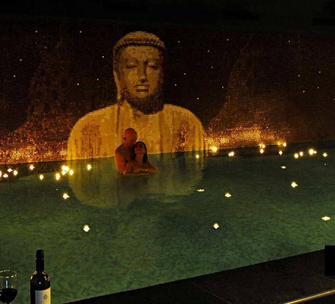 Prachtige glasmozaïek Boeddha wellness. De rust de sfeer..adembenemend. Op maat gemaakt met een Borobudur achtergrond achter de Boeddha.