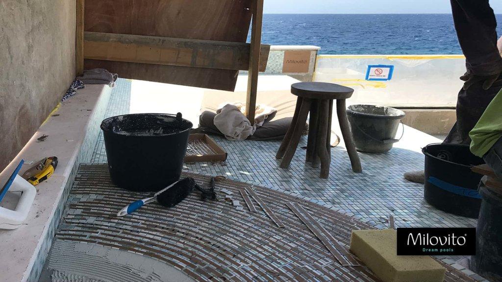 zwembad Curacao betegelen glasmozaiek tegels groen aqua wit goud