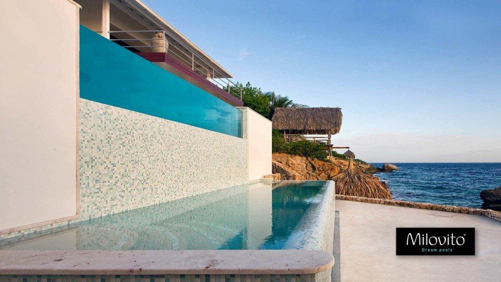 Zwembad met glasmozaïek op curaçao een project om nooit te