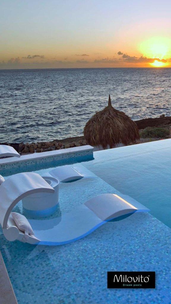 zwembad op Curacao met glasmozaïek