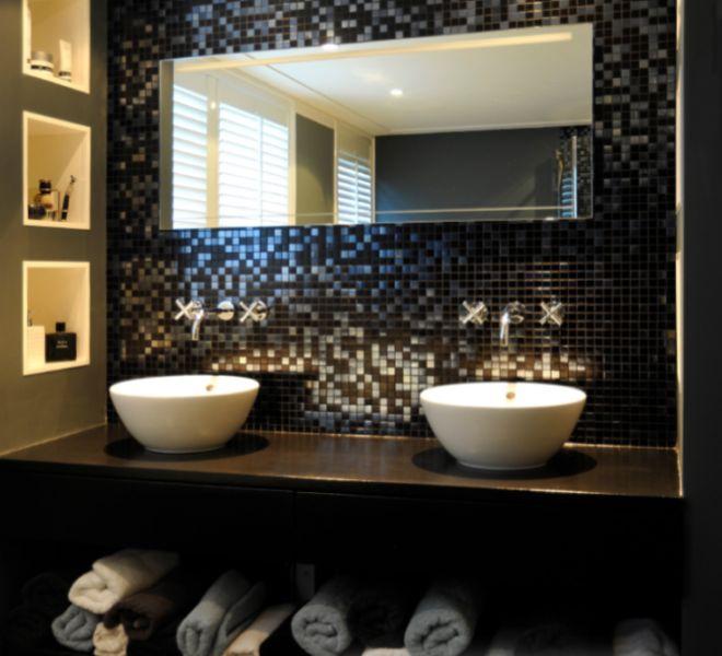 zwart mozaïek tegels badkamer