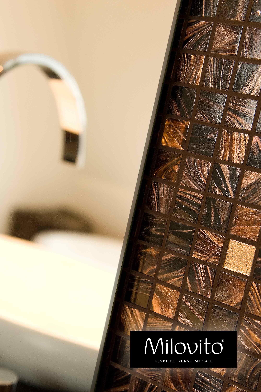 Badkamer mozaiek bruin goud mix voegkleur wand spiegel