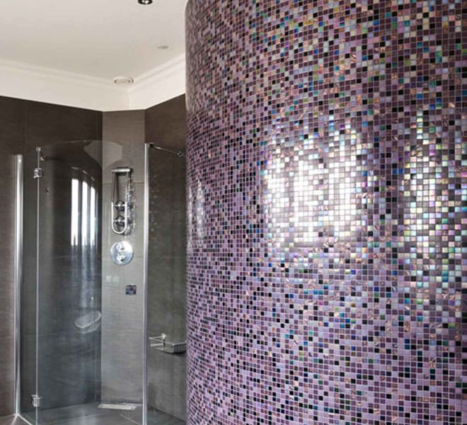 badkamer wand mozaiek tegels paars aubergine parelmoer luxe