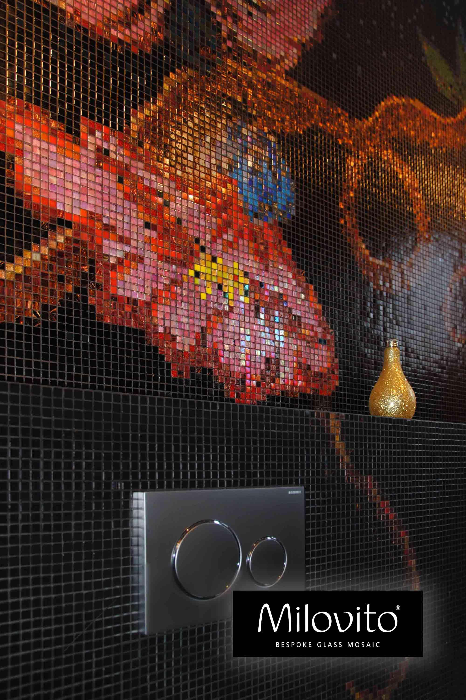 toilet wc mozaïek tegels glasmozaïek wand Milovito epoxy rood blauw geel groen goud