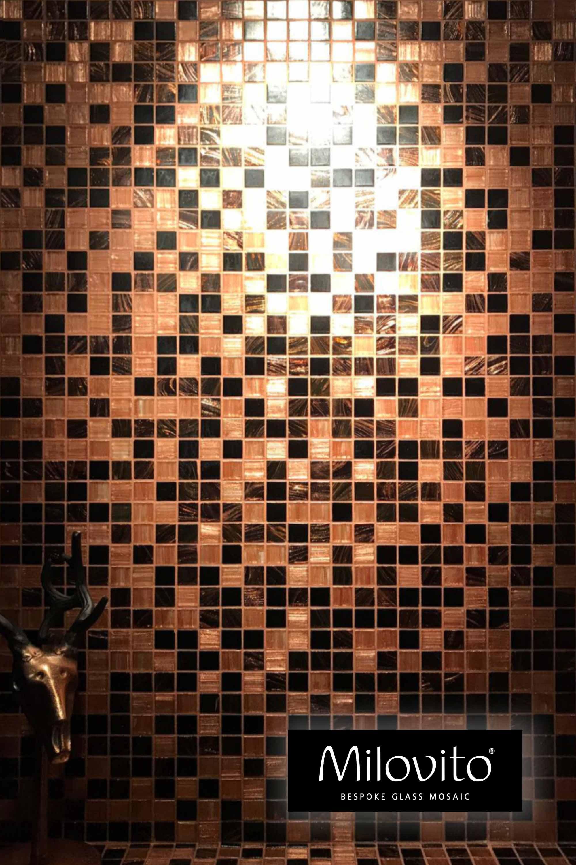 mozaiek tegels reflectie verlichting led halogeen lichtbron mozaiektegels tegels mix sanitair toilet keuken badkamerrenovatie badkamerdesign badkameridee persoonlijk uniek thuisdecoratie interieurinspiratie interieurontwerp design bruin goud badkamerinspiratie
