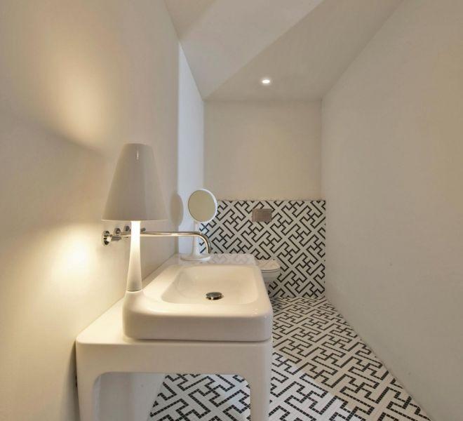 patroon mozaïek toilet WC zwart wit tegels glasmozaïek bespoke maatwerk fotomozaïek Swatsika welzijn geometrisch badkamer diagonaal uniek