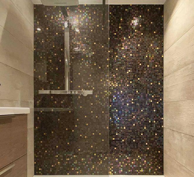 mozaiek tegels bruin brons goud gold zwart badkamer