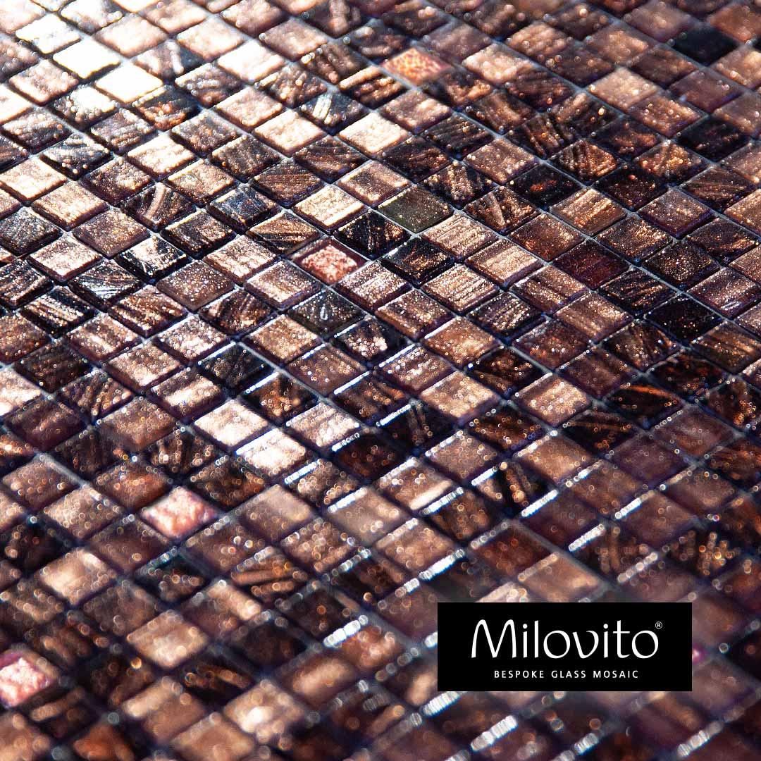 mozaiek tegels brons aubergine rose goud wandafwerking wandbekleding toiletideeen toilet inspiratie ontwerp badkamer glasmozaiek bespoke maatwerk badkamerinspiratie architect